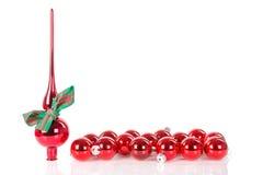 Il Natale alza la decorazione verticalmente con le palle di natale e del nastro Fotografia Stock