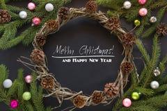Il Natale avvolge il cono della decorazione, rami dell'abete, palle di vetro variopinte su fondo nero Vista superiore Fotografia Stock Libera da Diritti