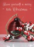 Il Natale bagattella d'annata e bacche e decorazione dell'agrifoglio del vischio con il campione manda un sms a Fotografie Stock