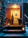 Il Natale benvenuto alloggia la porta di entrata nella sera di natale immagine stock libera da diritti