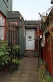 Il natale bianco ha decorato la porta nella vecchia casa Fotografia Stock