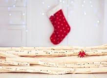 Il Natale che accoglie l'iscrizione ha bruciato su legname galleggiante in roo vivente Immagini Stock
