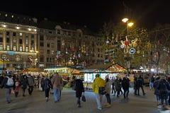 Il Natale commercializza al quadrato di Vorosmarty a Budapest, Ungheria Immagini Stock