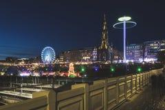 Il Natale commercializza a Edimburgo e Walter Scott Monument alla notte fotografia stock libera da diritti