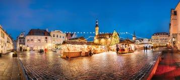Il Natale commercializza sul quadrato del municipio a Tallinn, Estonia Natale Fotografia Stock Libera da Diritti
