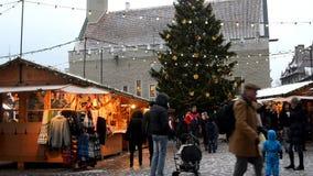 Il Natale commercializza sulla città Hall Square a Tallinn stock footage