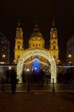 Il Natale commercializza sulla parte anteriore della st Stephens Basilica, Budapest, Ungheria Fotografia Stock Libera da Diritti