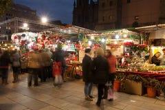 Il Natale commercializza vicino alla cattedrale nella sera Fotografie Stock