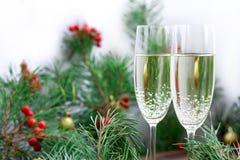 Il Natale composizione, champagne, pino si ramifica, bacche rosse, va Fotografia Stock Libera da Diritti