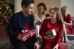 Il Natale cronometra con la famiglia Fotografia Stock