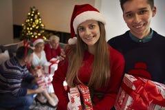 Il Natale cronometra con la famiglia Immagini Stock
