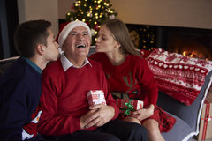Il Natale cronometra con la famiglia Fotografie Stock Libere da Diritti
