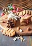 Il Natale cronometra, primo piano sui biscotti di mandorla con le spezie e berrie immagini stock libere da diritti
