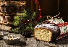 Il Natale curd il dolce della libbra su un fondo di legno misero scuro Fotografia Stock