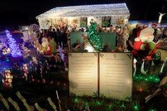 Il natale decorato della casa ha condotto l'esposizione delle luci con Santa Immagine Stock Libera da Diritti