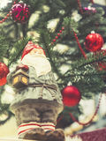 Il Natale del Babbo Natale orna la parte posteriore di festa dell'albero di natale della decorazione Fotografia Stock Libera da Diritti