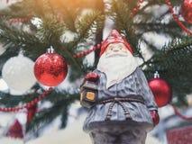 Il Natale del Babbo Natale orna la parte posteriore di festa dell'albero di natale della decorazione Fotografia Stock