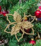 Il Natale del fiocco della neve dell'oro orna l'albero, dettaglia, si chiude su Immagine Stock Libera da Diritti