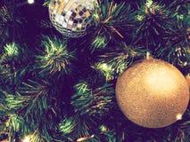 Il Natale dell'ornamento decora all'albero di Natale accendendosi a silen fotografie stock libere da diritti