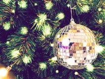 Il Natale dell'ornamento decora all'albero di Natale accendendosi a silen immagine stock libera da diritti