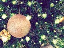 Il Natale dell'ornamento decora all'albero di Natale accendendosi a silen fotografia stock libera da diritti