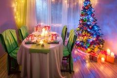 Il Natale della famiglia presenta la regolazione con le candele ed il pan di zenzero Immagine Stock Libera da Diritti