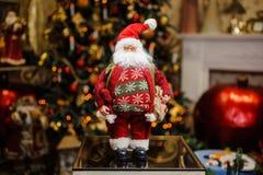 Il Natale della porcellana gioca sotto forma di Santa Clous con la borsa del regalo Fotografia Stock