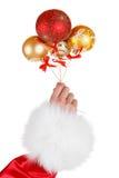 Il Natale dorato e le palle rosse nel braccio dei bambini volano su Fotografie Stock Libere da Diritti