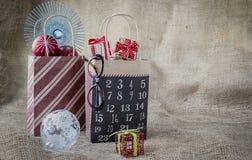 Il natale due ha decorato i sacchi di carta con gli ornamenti ed i regali Fotografia Stock