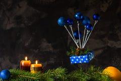 Il Natale e la carta del nuovo anno con i giocattoli blu gradiscono un aerostato Fotografia Stock