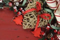 Il Natale ed il fondo felice di festa sull'annata rosso scuro hanno riciclato il legno - primo piano Fotografie Stock Libere da Diritti