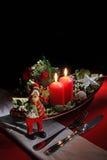Il Natale ed il nuovo anno rustici di festa presentano la regolazione con le decorazioni di natale alla tavola di legno scura Fuo Immagine Stock
