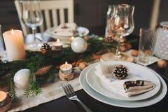 Il Natale ed il nuovo anno festivi presentano la regolazione nello stile scandinavo con i dettagli fatti a mano rustici nei toni  Immagine Stock Libera da Diritti