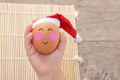Il Natale egg con il fronte felice a disposizione del bambino Immagine Stock Libera da Diritti