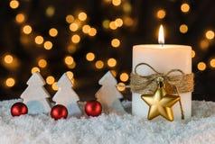 Il Natale esamina in controluce con con gli alberi, le bagattelle rosse e la decorazione dorata della stella Fotografia Stock Libera da Diritti