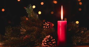 Il Natale esamina in controluce con le pigne sulla tavola video d archivio