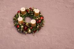 Il Natale fatto a mano fresco si avvolge decorato con rosso e decorazioni di Natale dell'oro, abete-coni e noci con le candele de Fotografie Stock Libere da Diritti