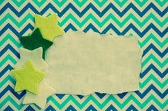 Il natale festivo stars sopra il cartone blu in bianco Immagini Stock