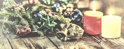 Il Natale fondo, Natale ha decorato l'albero di abete, regali, candele, regali Bokeh festivo Bokeh di natale Scintillio dell'oro, Immagine Stock