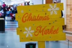 Il Natale giallo commercializza l'insegna arancio del testo fotografia stock