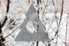 Il Natale gioca l'attaccatura su un albero nell'inverno fotografia stock