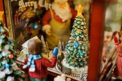Il Natale gioca la composizione decorativa che consiste di un ragazzo che guarda attraverso la finestra Fotografia Stock Libera da Diritti