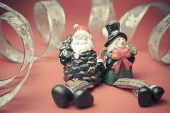 Il Natale gioca Santa Claus ed il pupazzo di neve con la serpentina dorata Immagine Stock