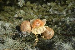 Il Natale gioca sotto forma di angelo e di sfere dell'oro Fotografia Stock Libera da Diritti