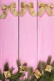 Il Natale gioca su un fondo rosa con un posto per il vostro testo Immagini Stock Libere da Diritti