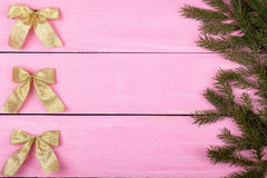 Il Natale gioca su un fondo rosa con un posto per il vostro testo Immagine Stock Libera da Diritti