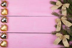 Il Natale gioca su un fondo rosa con un posto per il vostro testo Fotografia Stock