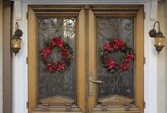 Il Natale ha decorato il gradino della porta fotografia stock