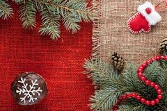 Il Natale ha decorato i bigné alla vista superiore del fondo rosso della tela da imballaggio Immagini Stock Libere da Diritti