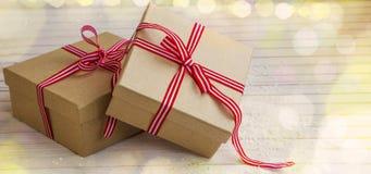 Il Natale ha decorato i regali festivi con il nastro rosso avvolto sopra corteggia Fotografia Stock